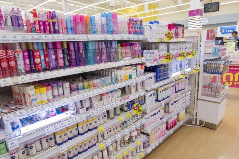 Muitos tipos dos desodorizantes em prateleiras em Tesco Lotus expressam nos vagabundos fotos de stock