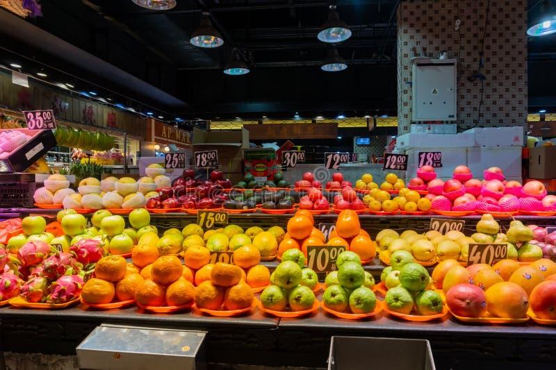Muitos tipos dos frutos que vendem em Hong Kong Market - o Yat Tung foto de stock royalty free