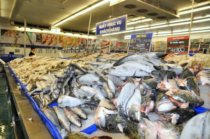Muitos tipos dos peixes são para a venda em um supermercado moderno em Vietname foto de stock royalty free