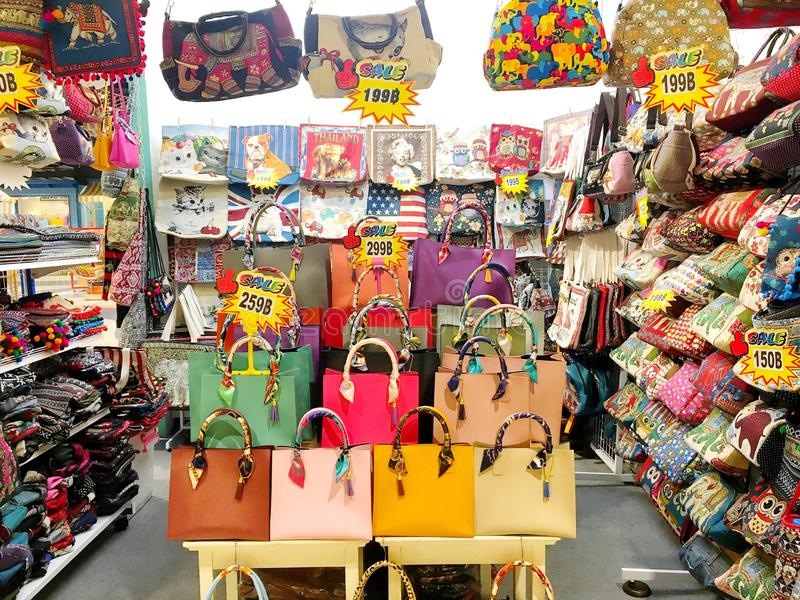 Muitos tipos e cores dos sacos na loja da bolsa no armazém Hua Hin de Blueport, Tailândia 12 de janeiro de 2019 imagem de stock royalty free