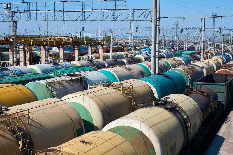 Muitos transportam carros do óleo na estação fotos de stock