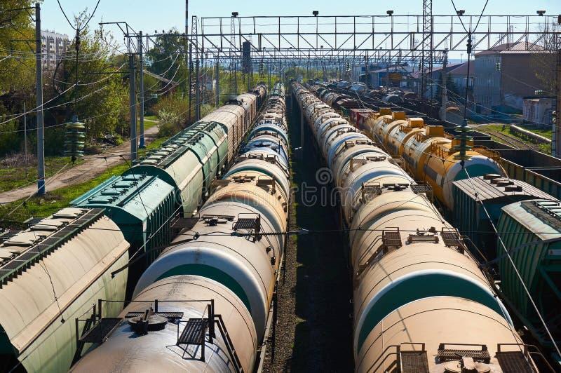 Muitos transportam carros do óleo na estação fotos de stock royalty free
