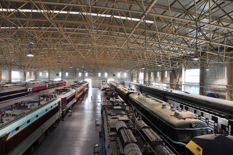 Muitos trens param de lado a lado no museu do trem fotografia de stock