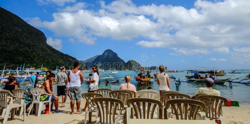 Muitos turistas apreciam na praia imagens de stock royalty free