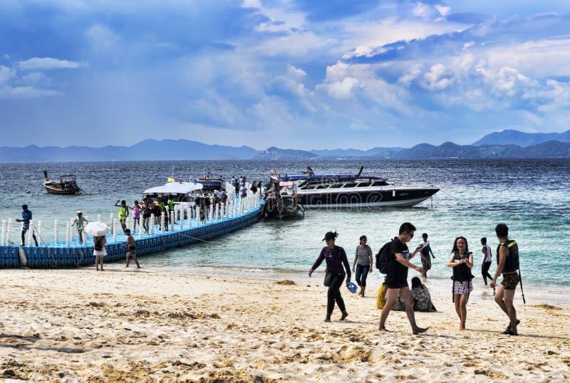 Muitos turistas chegam na praia usando o barco da velocidade para passar certas horas para nadar nas águas mornas foto de stock