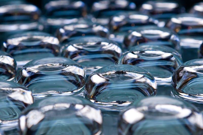 Muitos vidros transparentes no fundo azul fotos de stock royalty free