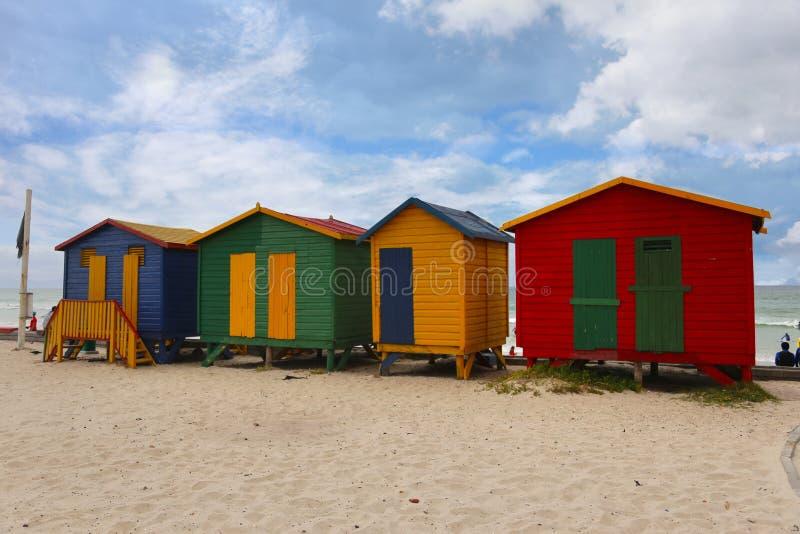 Muizenberg é um subúrbio do praia-lado de Cape Town, África do Sul imagens de stock