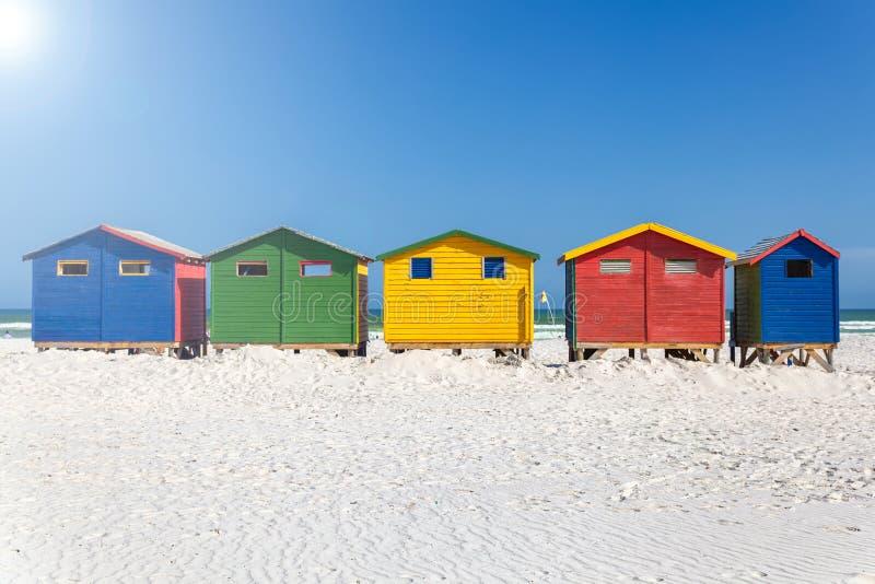 Muizenberg-Strand mit weißem Sand und bunte hölzerne Kabinen in Cape Town lizenzfreie stockbilder