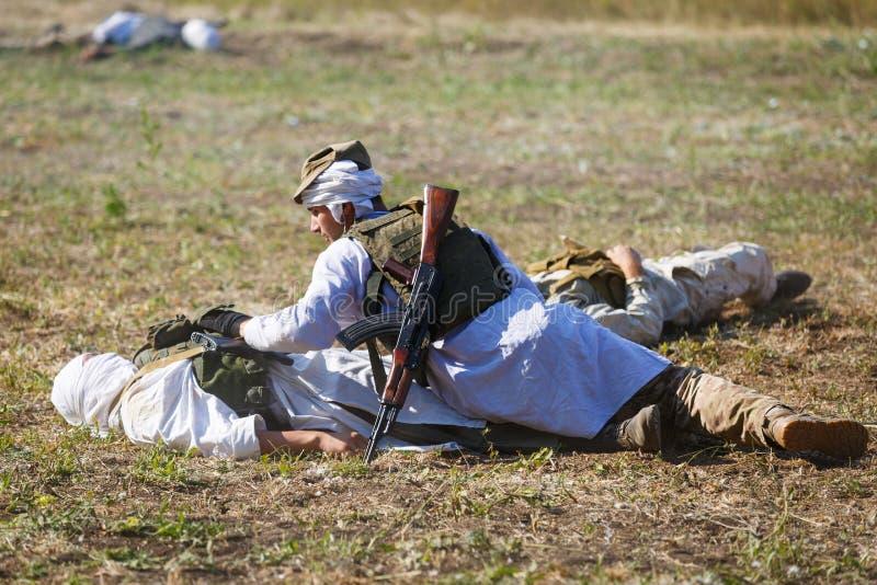 Mujahid magro sobre um soldado inoperante foto de stock royalty free