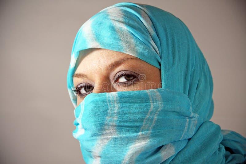 Mujer árabe en un burqa imagenes de archivo