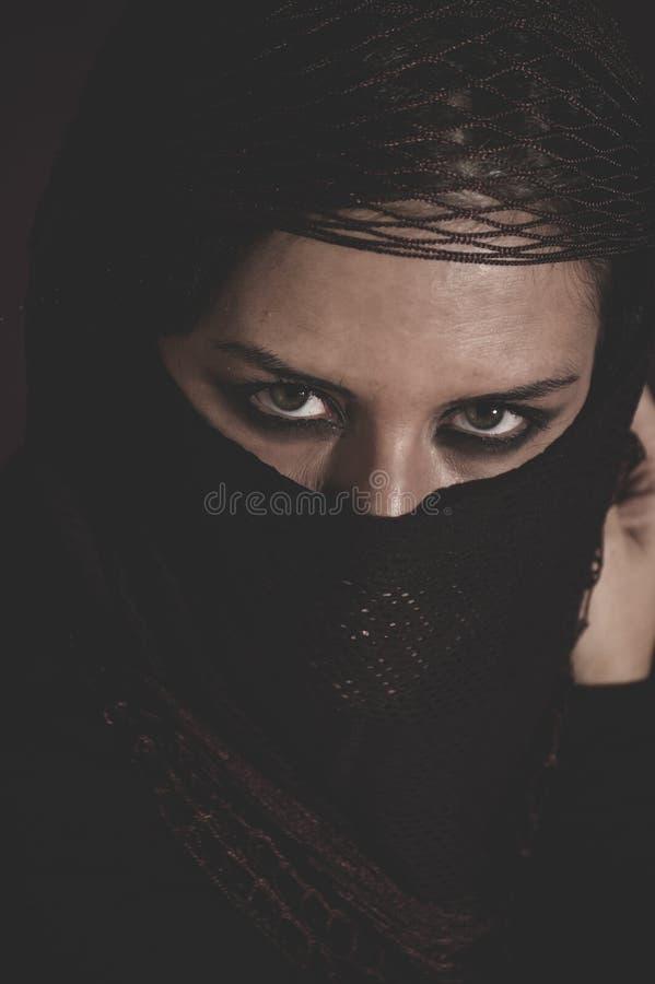 Mujer árabe en velo, burka, hermoso islámicos tradicionales y dee fotografía de archivo