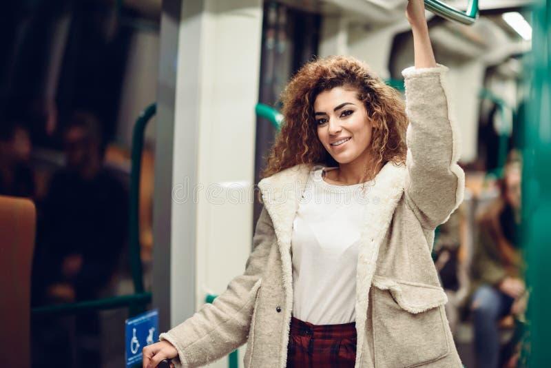 Mujer árabe hermosa joven dentro del metro fotos de archivo libres de regalías