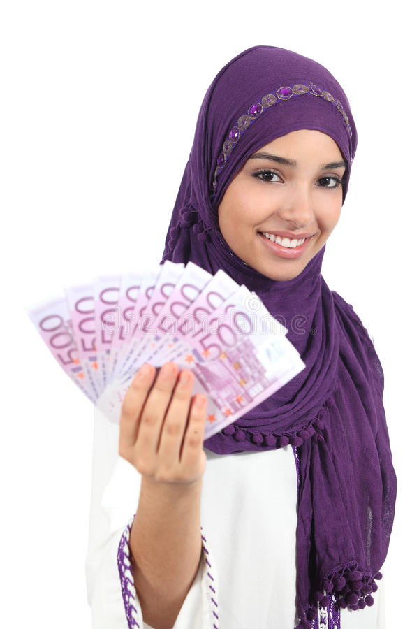 Mujer árabe hermosa que sostiene y que muestra el dinero imagen de archivo libre de regalías
