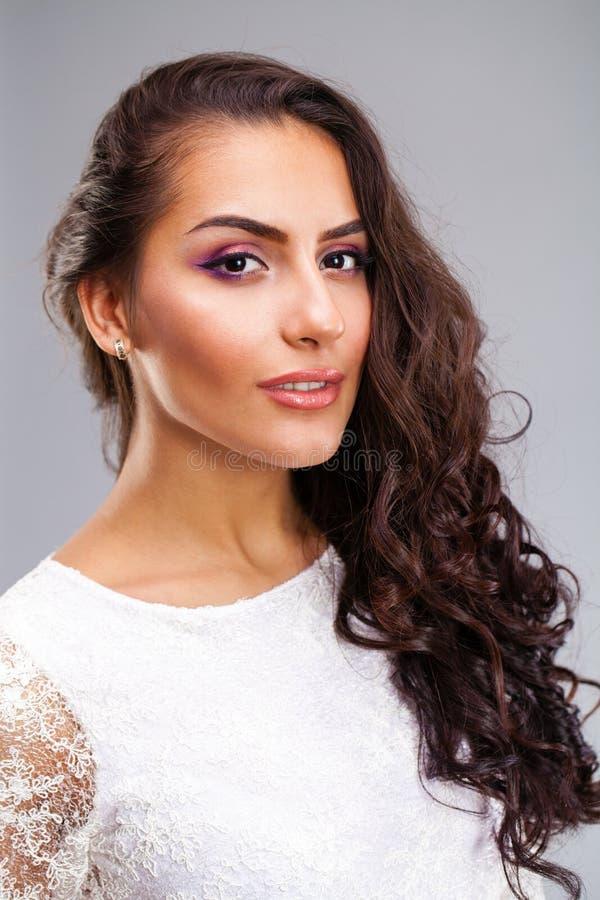 Mujer árabe joven en el vestido sexy blanco imagen de archivo