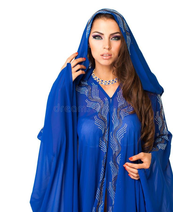 Mujer árabe joven en vestido azul largo imágenes de archivo libres de regalías