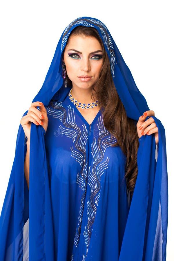 Mujer árabe joven en vestido azul largo fotografía de archivo libre de regalías