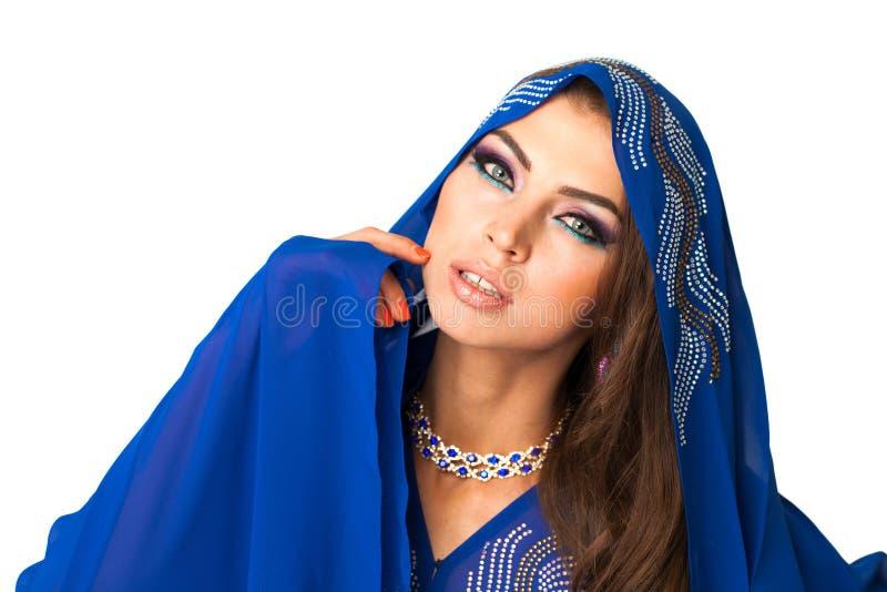 Mujer árabe joven en vestido azul largo foto de archivo