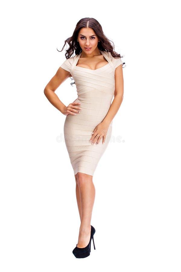 Mujer árabe joven en vestido sexy beige foto de archivo