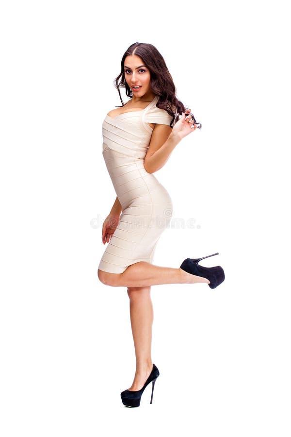 Mujer árabe joven en vestido sexy beige imagenes de archivo