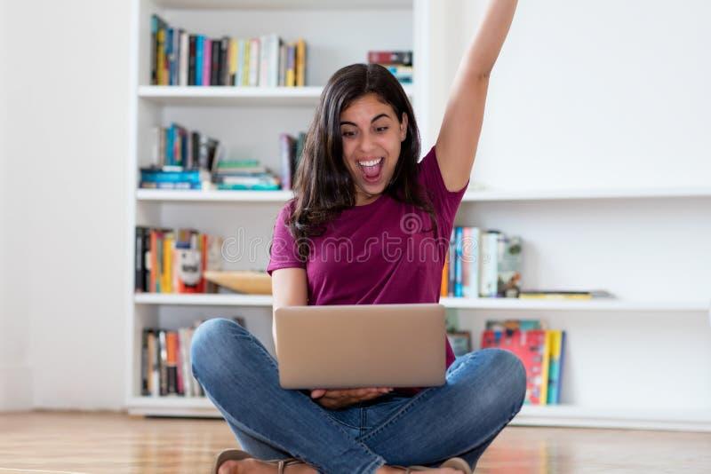 Mujer árabe que anima con el ordenador imágenes de archivo libres de regalías