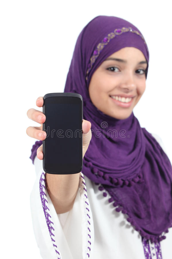 Mujer árabe que lleva un hijab que muestra una pantalla en blanco del smartphone imagen de archivo