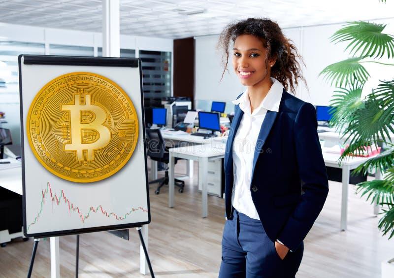 Mujer étnica africana en tablero de la presentación de Bitcoin fotos de archivo libres de regalías