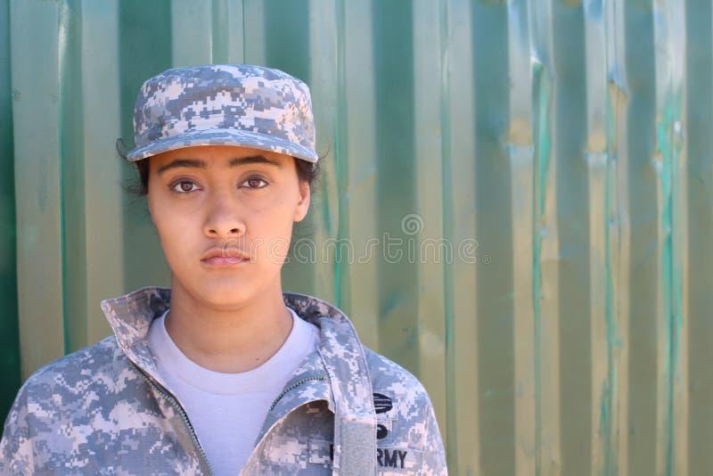 Mujer étnica militar del ejército con el espacio de la copia a la derecha imagen de archivo