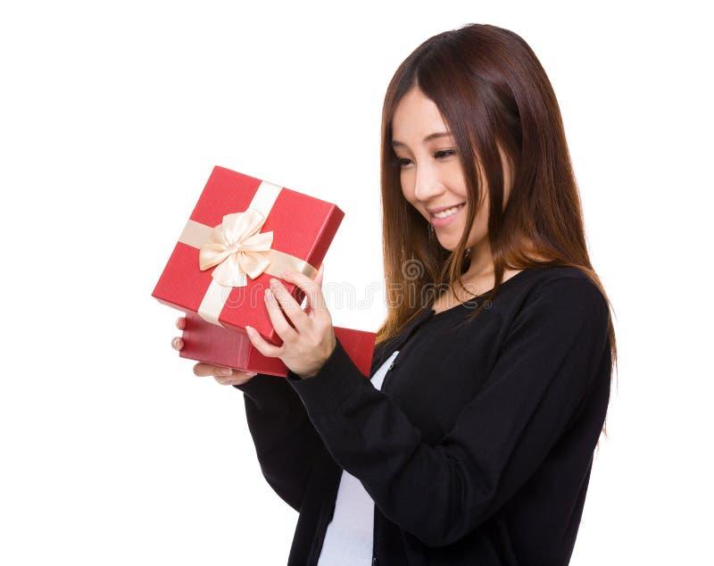 Mujer abierta con el giftbox imágenes de archivo libres de regalías