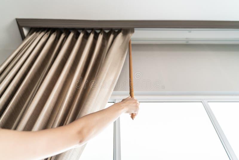 Mujer abierta y que sostiene las cortinas imágenes de archivo libres de regalías