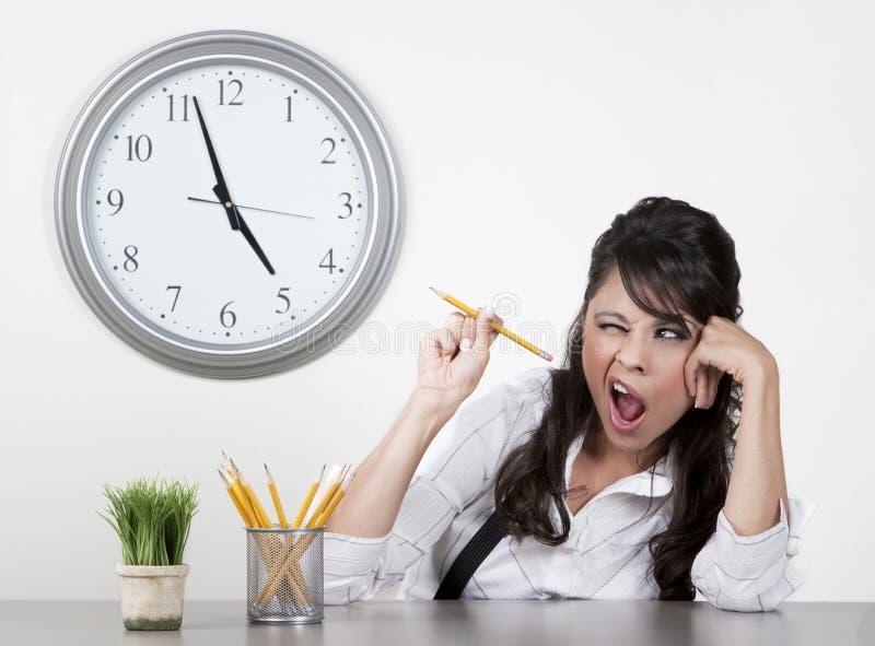 Mujer aburrida en el final del día fotos de archivo