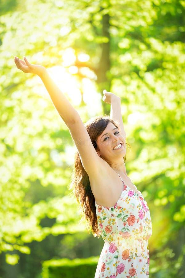 Mujer acertada en parque soleado de la primavera foto de archivo
