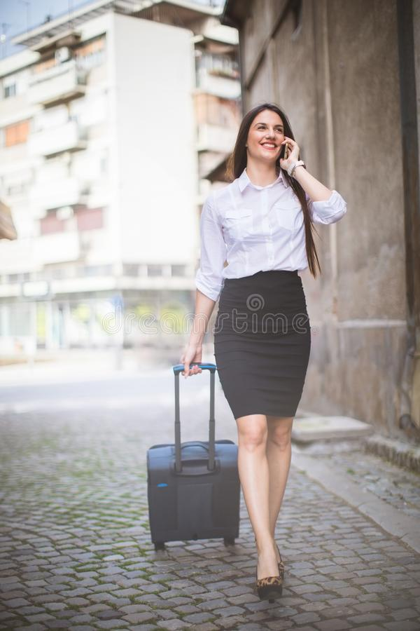 Mujer acertada joven con el bolso en viaje de negocios imagen de archivo libre de regalías