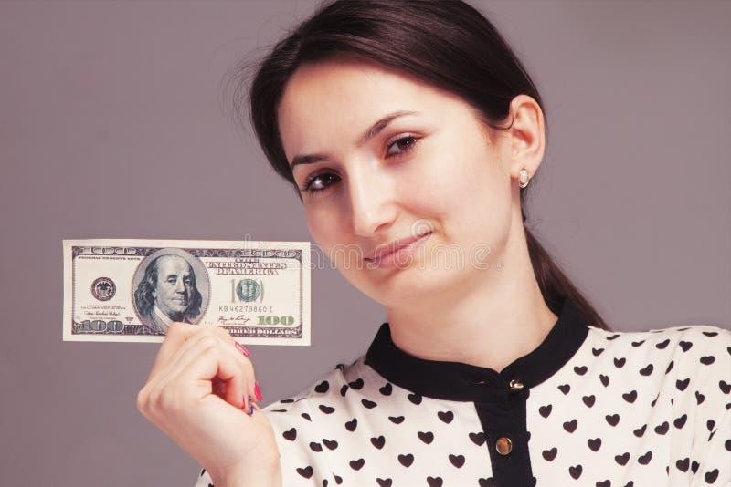 Mujer acertada joven feliz que muestra el dinero feliz, uno mismo-sufficien imagenes de archivo