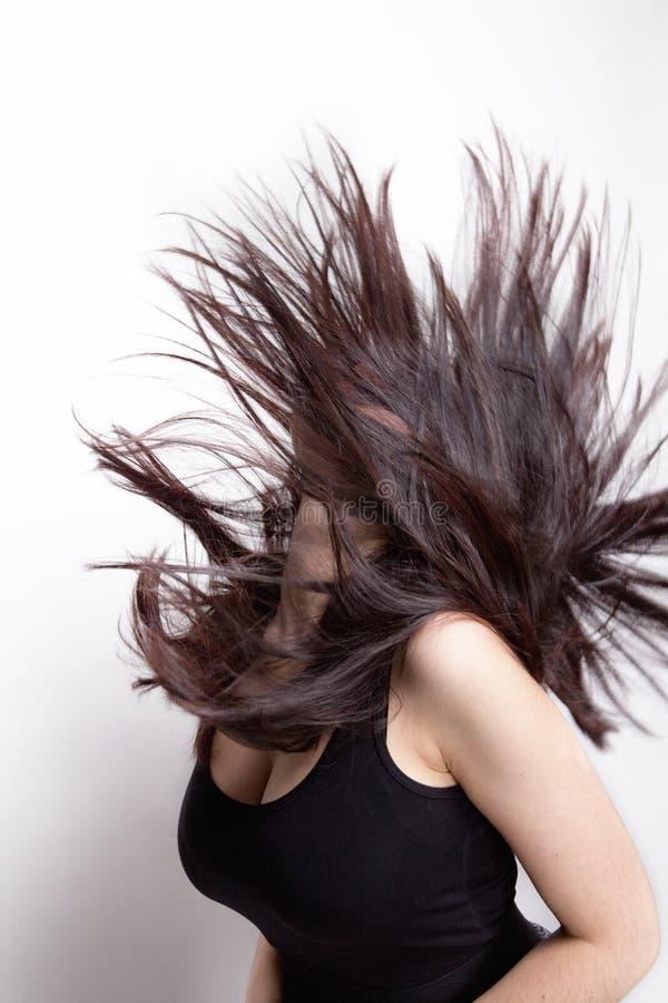Mujer activa con el pelo en el movimiento