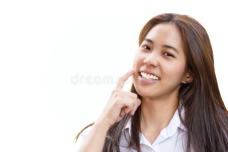 Mujer adolescente con la sonrisa perfecta que mira la cámara en trayectoria de recortes imágenes de archivo libres de regalías