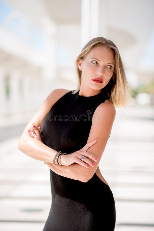 Mujer adorable en vestido negro foto de archivo libre de regalías