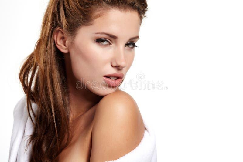 Mujer adulta con la piel de la salud de la cara imagenes de archivo