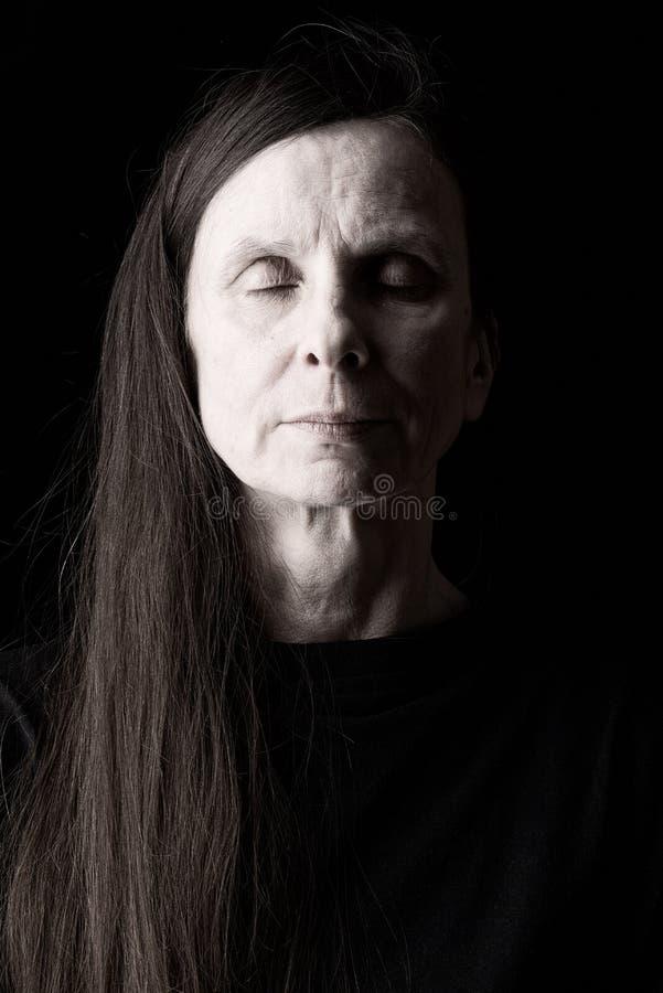 Mujer adulta con los ojos cerrados imagenes de archivo