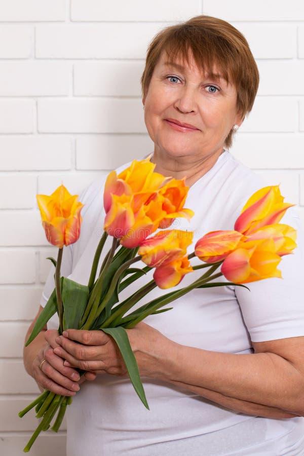 Mujer adulta con un ramo imagenes de archivo