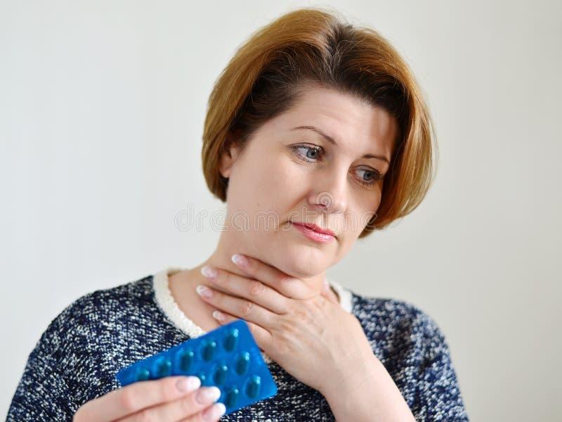 Mujer adulta con una garganta dolorida fotos de archivo libres de regalías