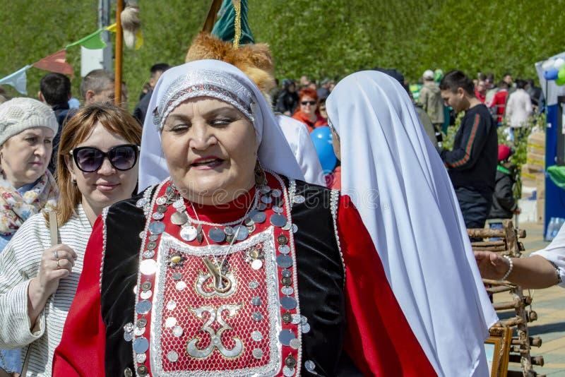 Mujer adulta en ropa nacional bashkir imágenes de archivo libres de regalías