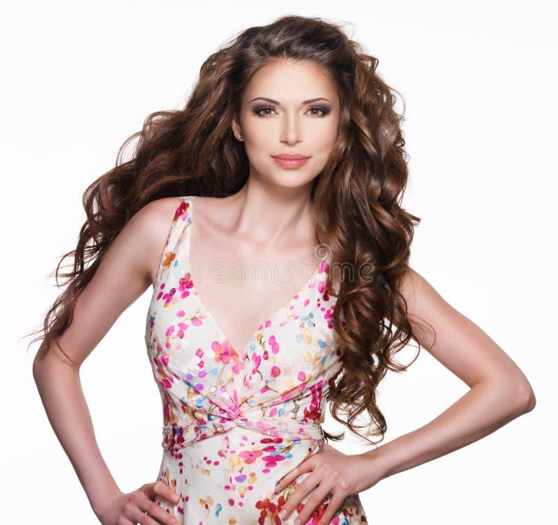 Mujer adulta hermosa con el pelo rizado marrón largo imagen de archivo