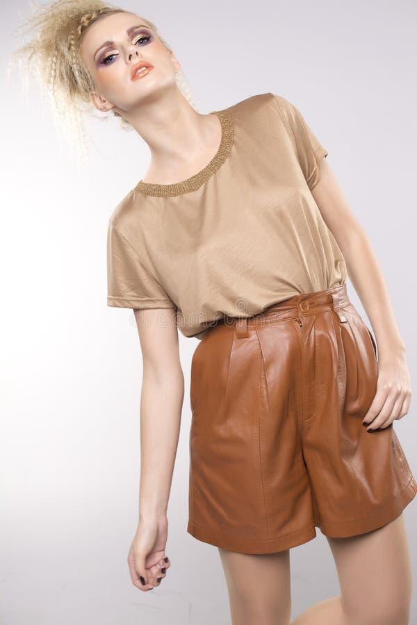 Mujer adulta hermosa de la sensualidad en vestido marrón imagen de archivo