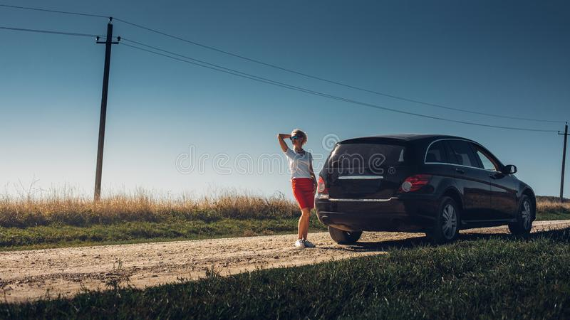Mujer adulta hermosa que disfruta de viaje por carretera Concepto acertado de los días de fiesta de la libertad de la mujer Vacac imagen de archivo libre de regalías