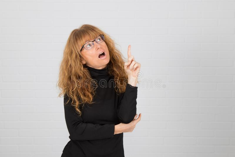 Mujer adulta joven pensando foto de archivo