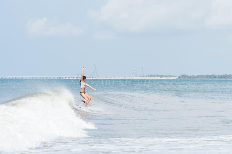 Mujer adulta joven que practica surf imágenes de archivo libres de regalías