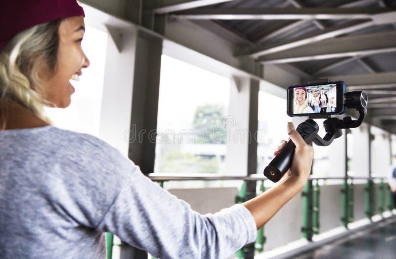 Mujer adulta joven que viaja y vlogging medios concepto social imágenes de archivo libres de regalías