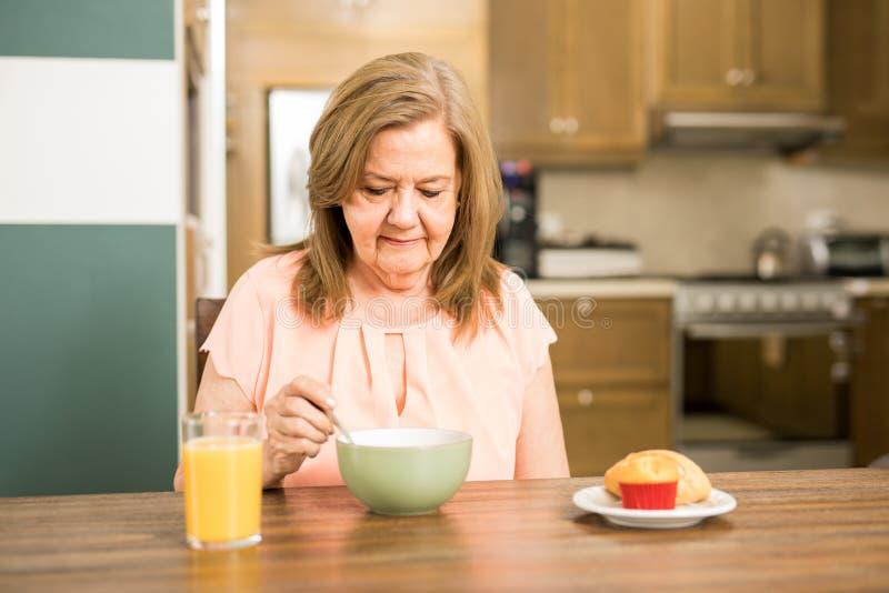 Mujer adulta mayor forzada a comer imagen de archivo libre de regalías