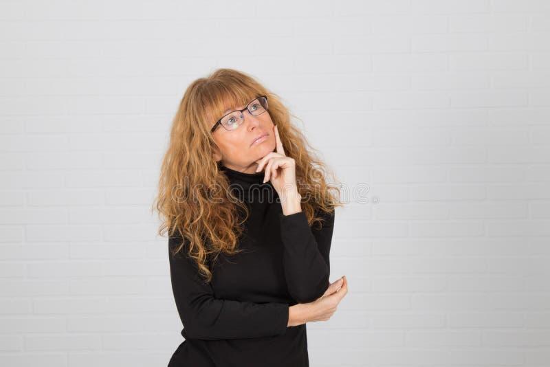 Mujer adulta pensando imágenes de archivo libres de regalías