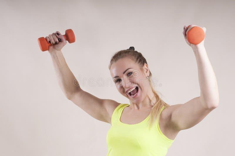Mujer adulta, pesa de gimnasia, retrato, entrenamiento del estudio imágenes de archivo libres de regalías